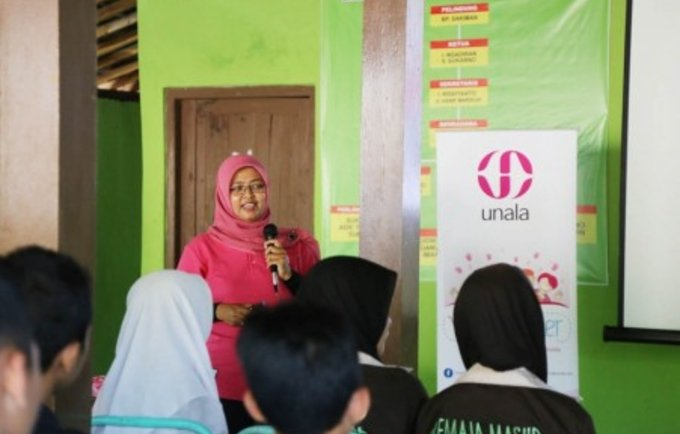 Dr. Diah Prasetyorini, a Unala-affiliated doctor, talks to a group of young people in Gunung Kidul, Yogyakarta, during a Youthgether event - a workshop designed to raise awareness and share information about sexual and reproductive health.  © UNFPA Indonesia/Sandra Siagian