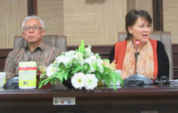 Wendy Hartanto of BKKBN (left) and Dr. Annette Sachs Robertson, UNFPA Representative (right) at the Social Media Campaign, held to launch the 2016 State of World Population (SWOP) Report.